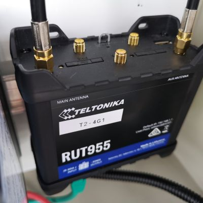 Teltonika RUT955 with MIMO external antennas connected